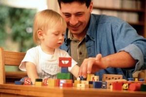 отец играет с ребёнком
