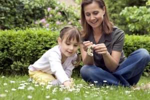 мама с дочкой плетут венок