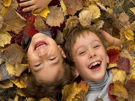 дети в осенней листве