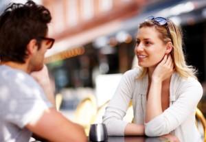 парень и девушка за столиком